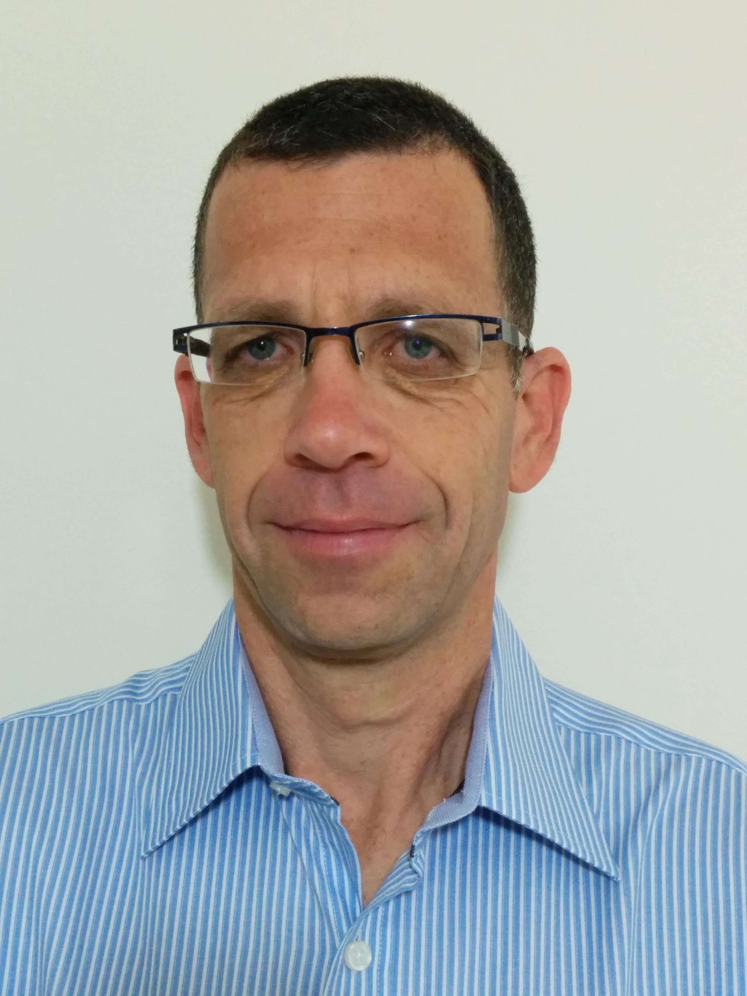 פרופ. ארנון אליצור מומחה באימונולוגיה ואלרגולוגיה, מומחה במחלות ריאה ילדים, מומחה ברפואת ילדים